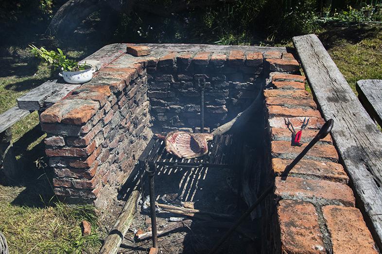 asado argentin barbecue preparation cordero patagonico al palo demi agneau a la broche