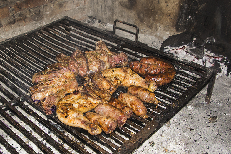 asado argentin barbecue preparation viande cuite sur parilla flash
