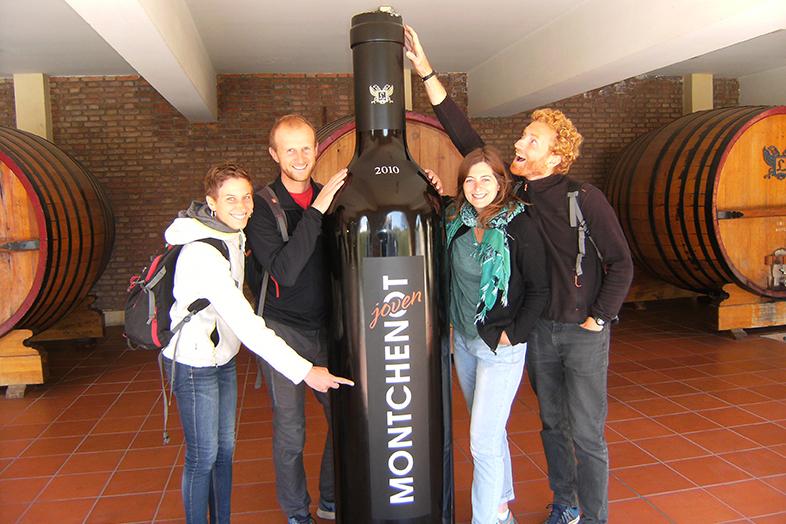 Mendoza visite et degustation gratuite de vin dans la bodega lopez Monchenot bouteille geante