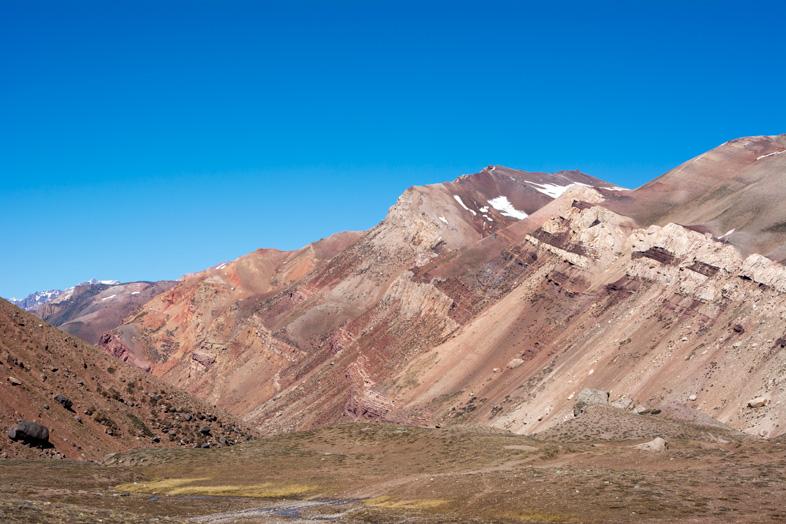 Mendoza visiter montagne Aconcagua Argentine cordillere andes montagnes derriere aconcagua couleurs