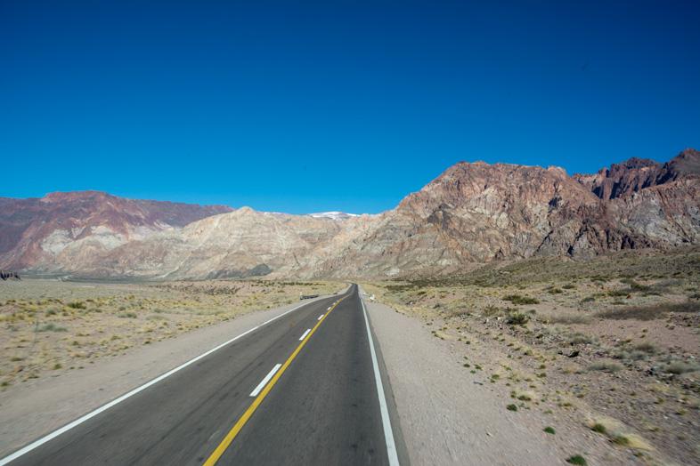 Mendoza-visiter-montagne-Aconcagua-Argentine-cordillere-andes-route-vers-la-frontiere-chilienne