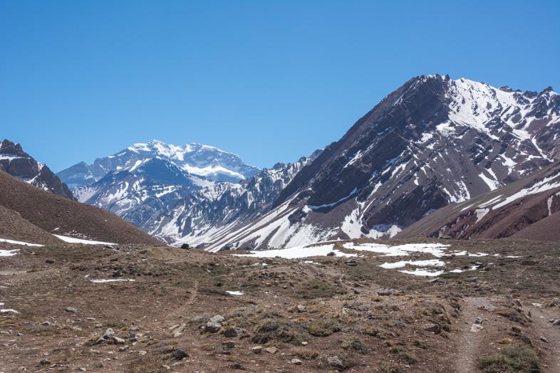 Mendoza-visiter-montagne-Aconcagua-Argentine-cordillere-andes-vue-de-aconcagua-de-loin
