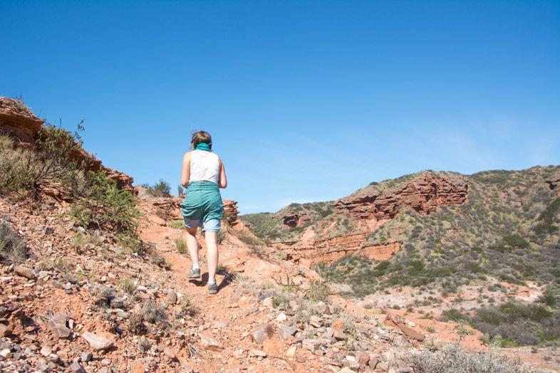 Parc National Sierra de las Quijadas province de San Luis Argentine Cecilia marche sur le sentier