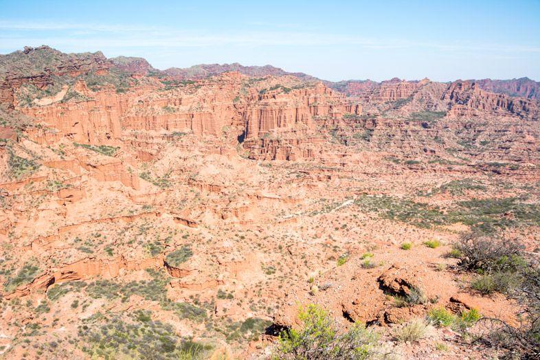Parc-National-Sierra-de-las-Quijadas-province-de-San-Luis-Argentine-vue-canyon-depuis-sentier-guanacos