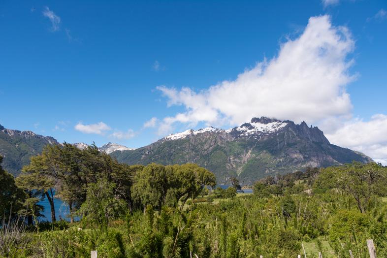 arrivée à l'entrée face à la montagne parc national Lanin en Argentine