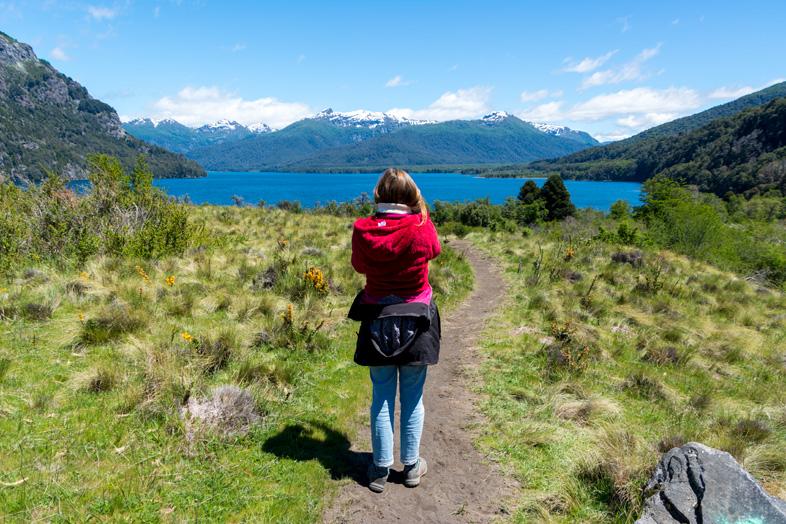 cecilia pose dans le parc national Lanin en Argentine devant le lac Huecheulafquen