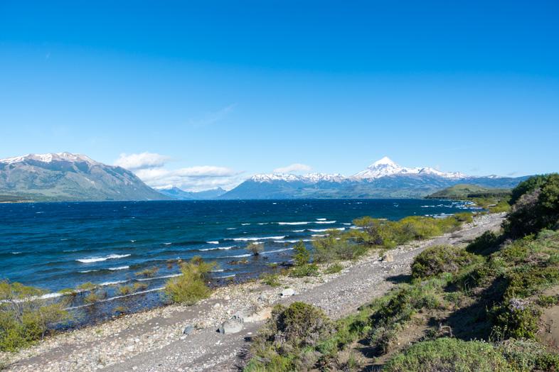 vue du lac Huechulafquen depuis la route dans le parc national Lanin en Argentine