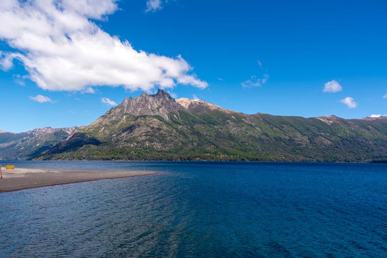 Vue sur la montagne depuis le lac Huechulafquen dans le parc national Lanin
