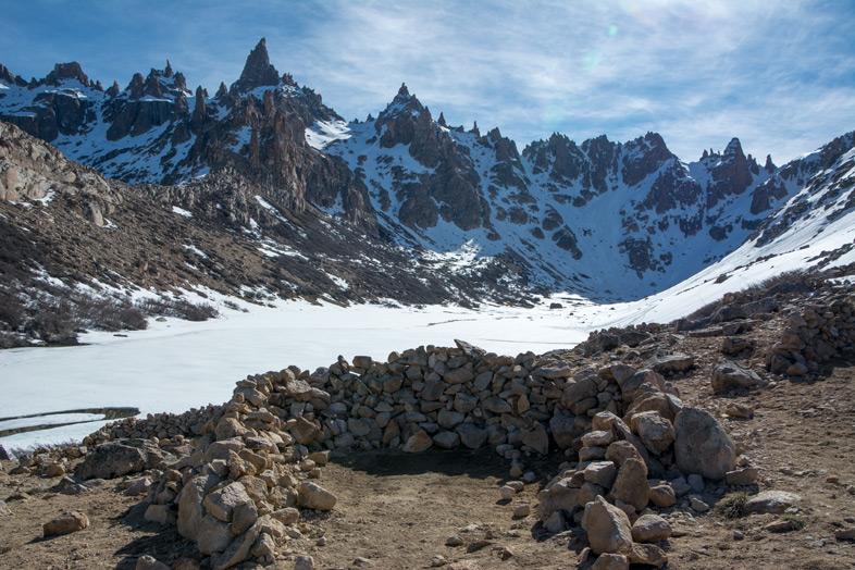 Refuge Frey randonnee trekking bariloche argentine vue sur les montagnes lac gele emplacement tente