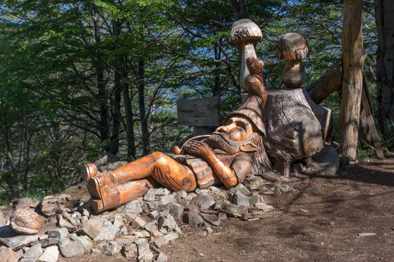 Sculpture de lutin dans le bosque tallado cerro piltriquitron el bolson argentine