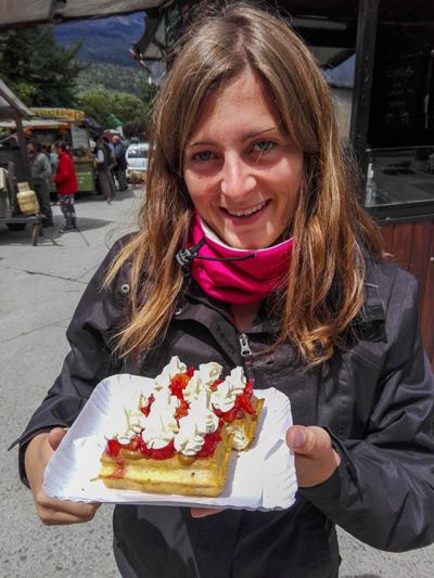 cecilia montre sa gaufre à la fraise à el bolson en argentine