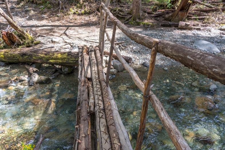 passage en bois sur les ruisseaux au Cajon del Azul à el Bolson en Argentine