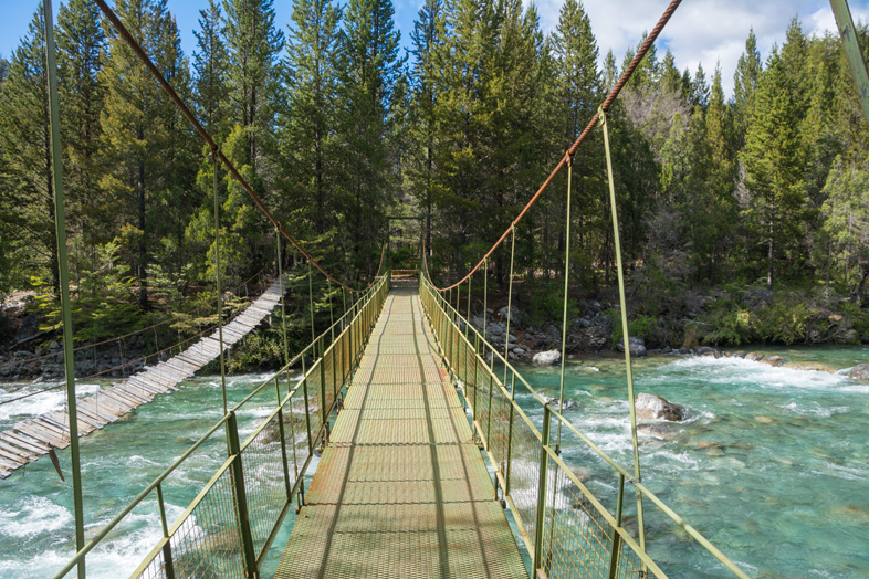 pont métallique sur la rivière turquoise du Cajon del Azul à el Bolson en Argentine