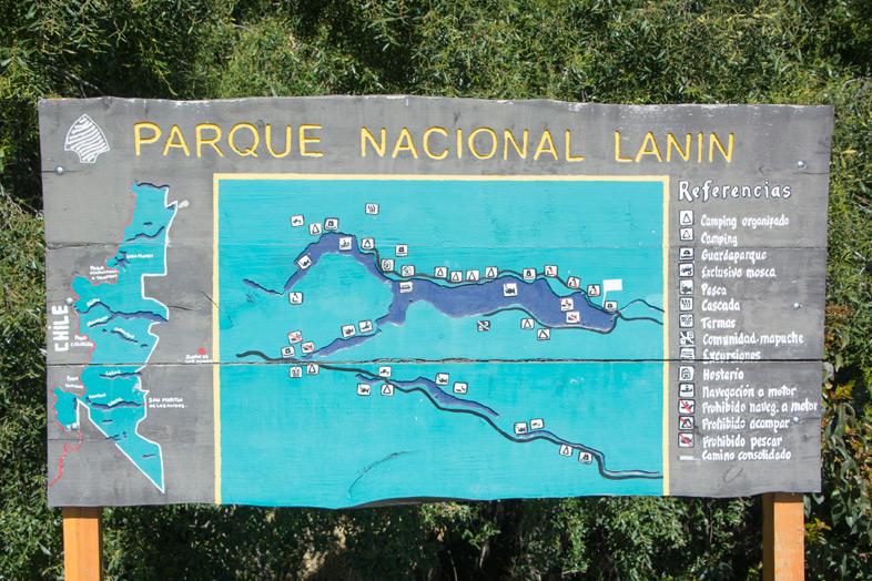 Panneau avec la carte du parc nationa Lanin en Argentine
