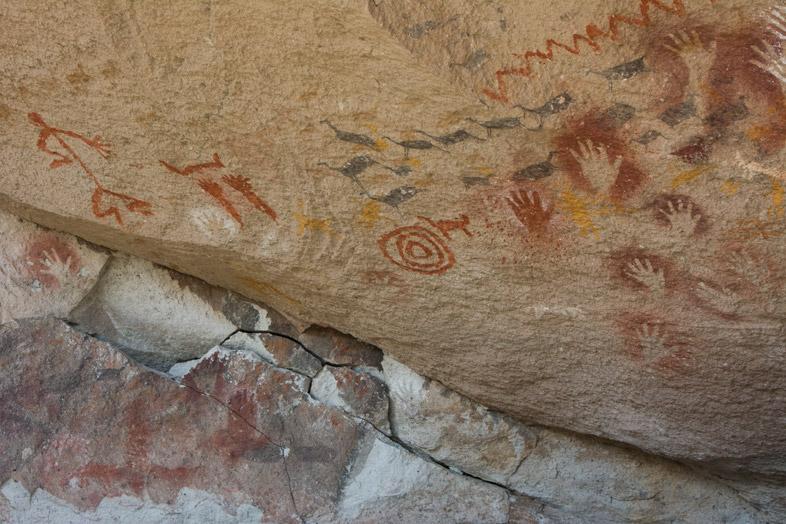Peintures rupestres représentant des hommes, des animaux et des symboles étranges dans la Cueva de las Manos en Argentine