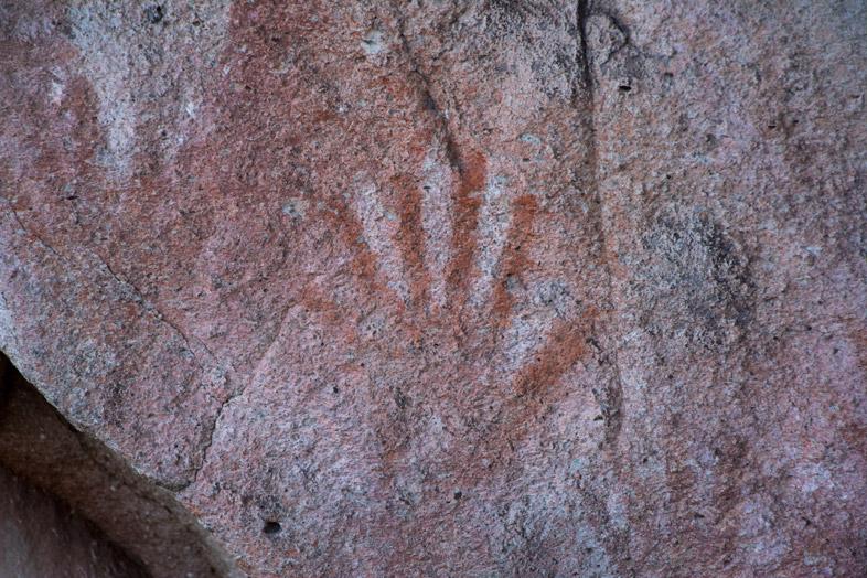 Peinture rupestre, trace de main à six doigts dans la Cueva de las Manos en Argentine