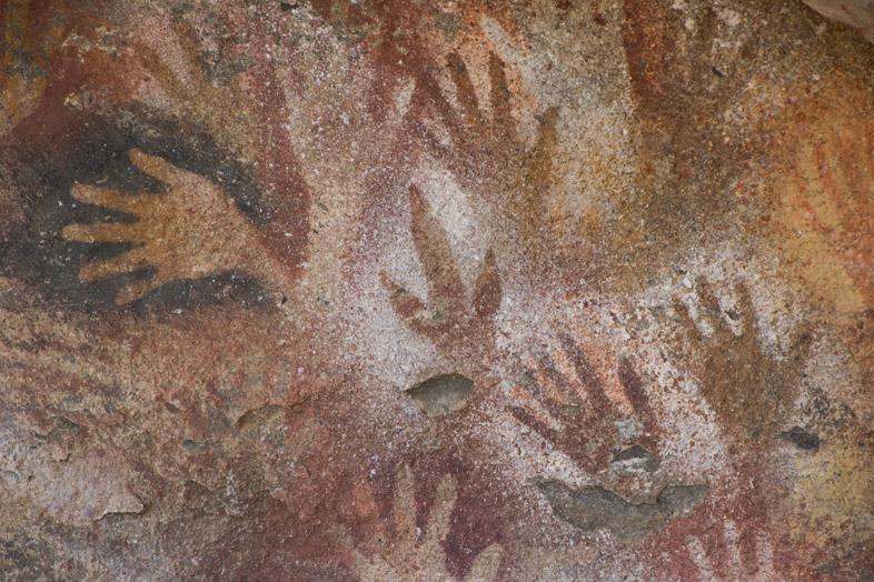 Peintures rupestres représentant une patte d'autruche ou de nandu dans la Cueva de las Manos en Argentine