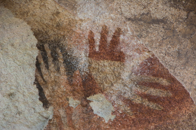 Peinture rupestre, trace de main à trois doigts dans la Cueva de las Manos en Argentine