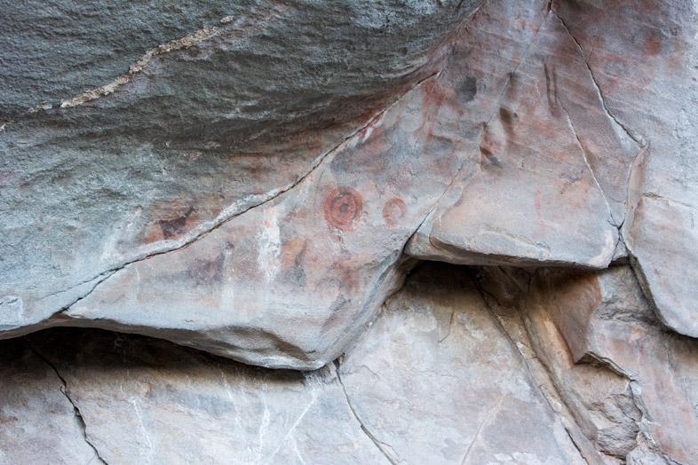 peintures rupestres de guanacos et taches colorées dans le Cerro del Indio près du Lago Posadas en Argentine