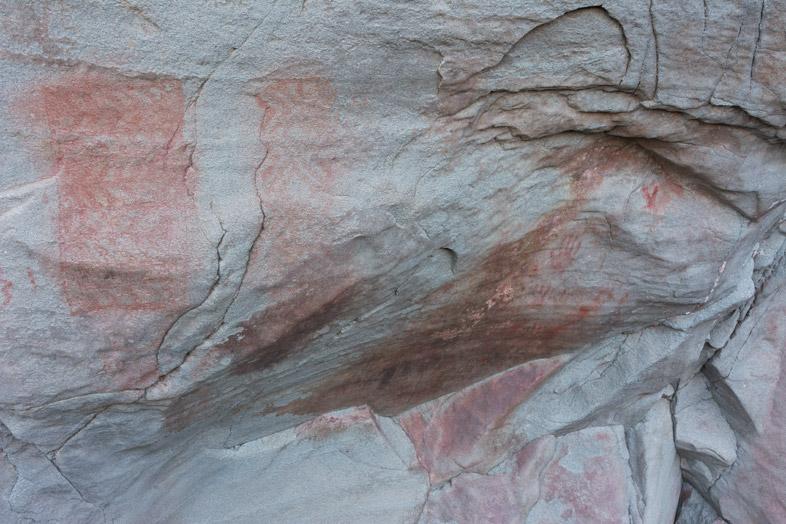 peintures rupestres de formes géométriques dans le Cerro del Indio près du Lago Posadas en Argentine