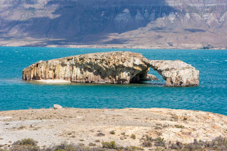 pont de pierre naturel dans le Lago Posadas en Argentine