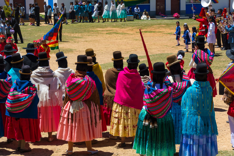 boliviennes cholitas spectatrices vetements traditionnels bolivie pour anniversaire college isla del sol lac titicaca