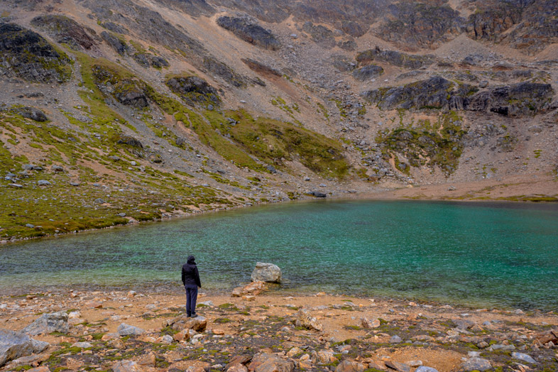 cecilia admire la laguna turquesa randonnee trek Ushuaia patagonie argentine