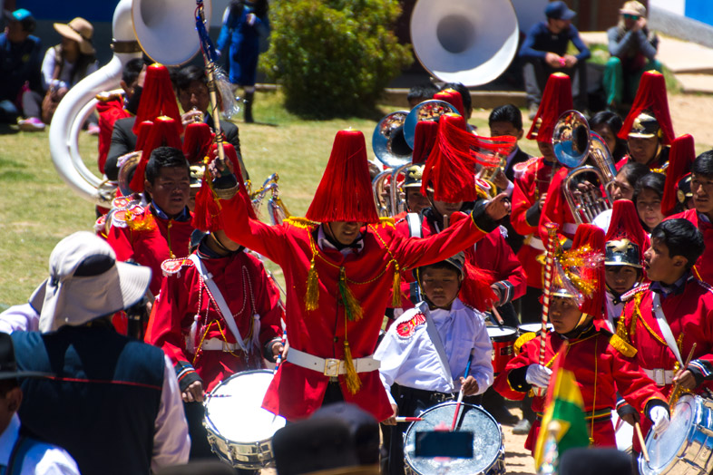 chef orchestre fanfare vetements traditionnels bolivie pour anniversaire college isla del sol lac titicaca
