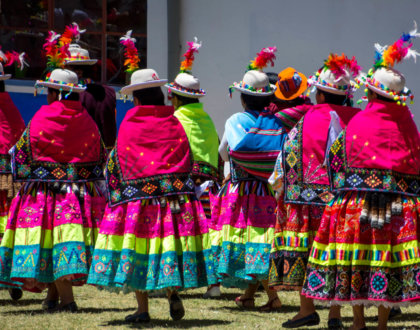 cholitas boliviennes femmes vetements traditionnels bolivie lac titicaca isla del sol postshow