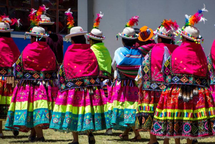 cholitas boliviennes femmes vetements traditionnels bolivie lac titicaca isla del sol postshow