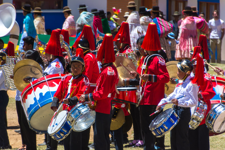 fanfare vetements traditionnels bolivie pour anniversaire college isla del sol lac titicaca