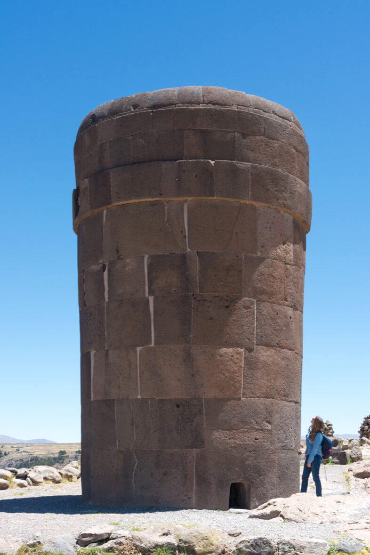 Cécilia pose près d'une chullpas de sillustani période inca nécropole site archeologique Puno Pérou