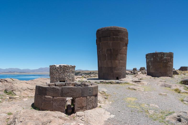 Différents types de tombes du site archéologique des Chullpas de Sillustani, la nécropole près de Puno au Pérou