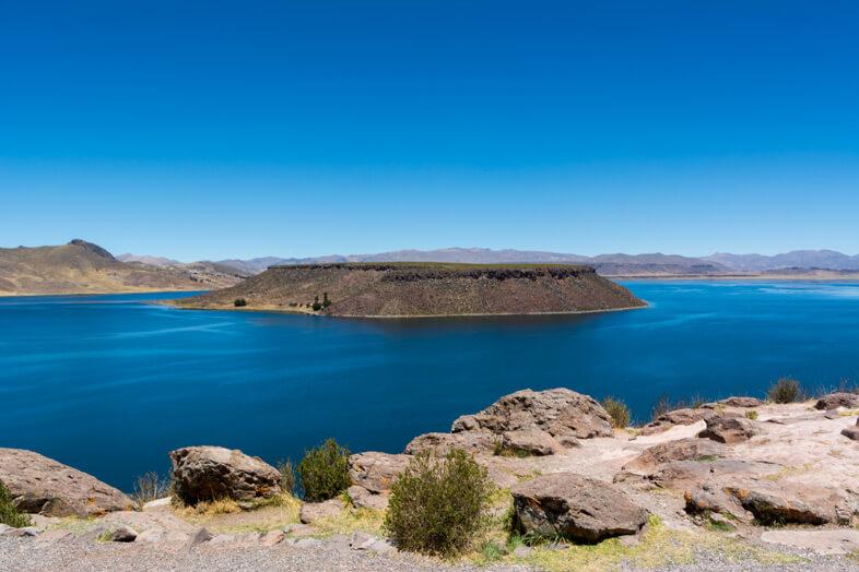 Île centrale du Lago Umayo à côté des Chullpas de Sillustani, la nécropole près de Puno au Pérou