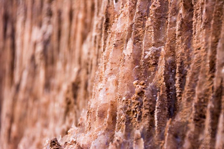 Gros plan sur des cristaux de la grotte de Sel de San Pedro de Atacama
