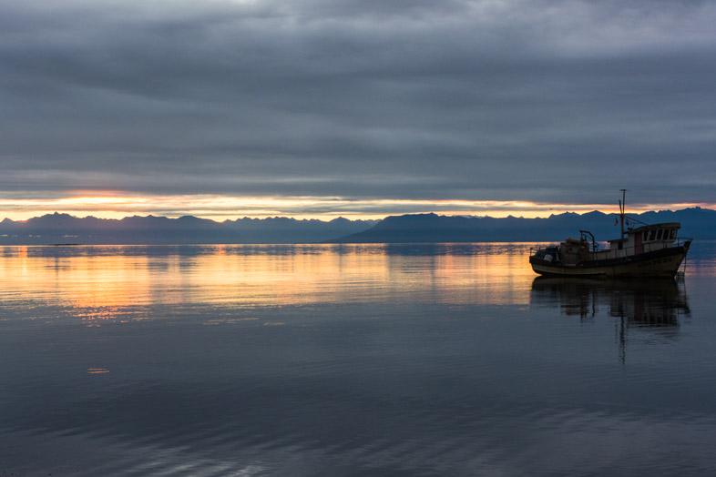 volontariat au chili ile de chiloe bateau flotte au large coucher de soleil profil