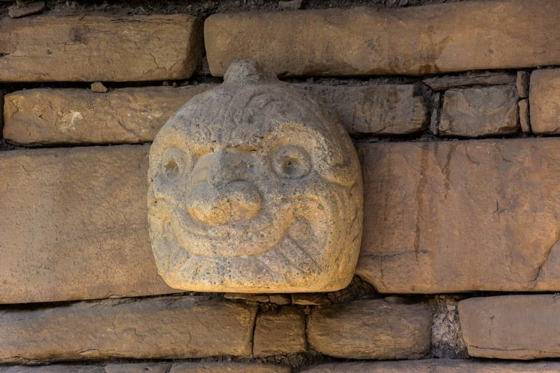 """Une """"tête-clou"""" ou Cabeza Clavo en espagnol sur les murs de Chavin de Huantar au Pérou"""