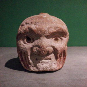 Pierre sculptée en tête humain dans le musée de Chavin de Huantar