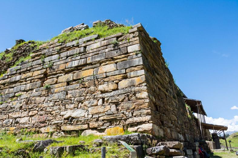 Un mur imposant du site archéologique de Chavin de Huantar au Pérou