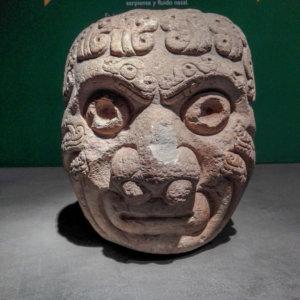Sculpture de tête humaine en train de se métamorphoser dans le musée de Chavin de Huantar