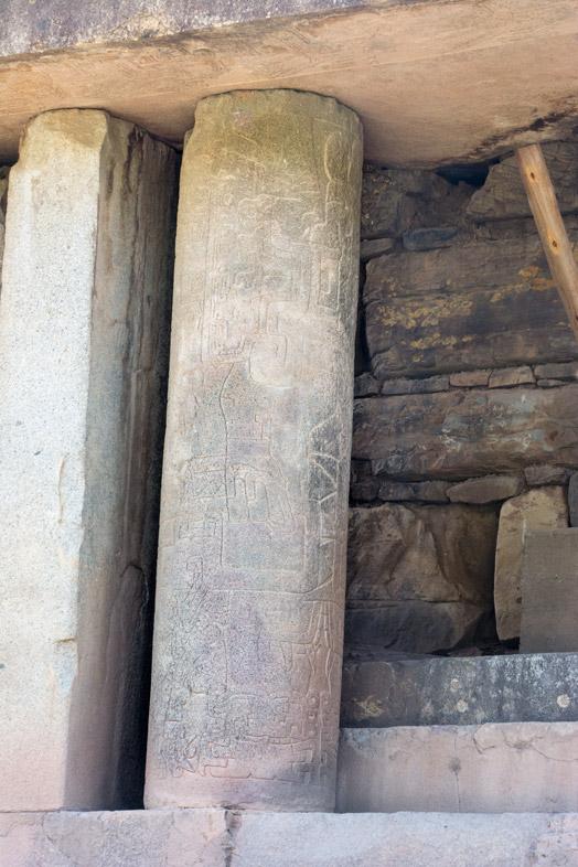 Une colonne gravée sur le nouveau temple de Chavin de Huantar au Pérou