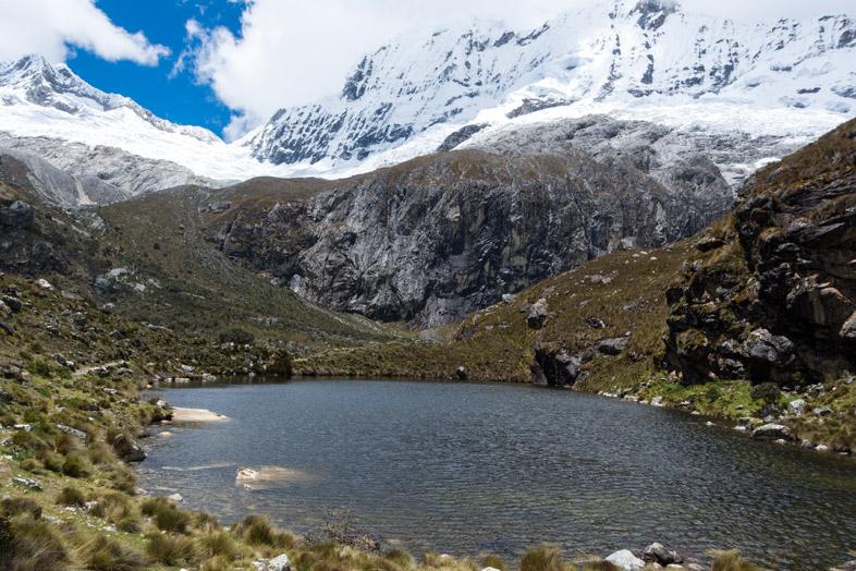 Une Lagune sur le chemin pour aller à la Laguna 69 dans le Parc Huascaran près de Huaraz au Pérou