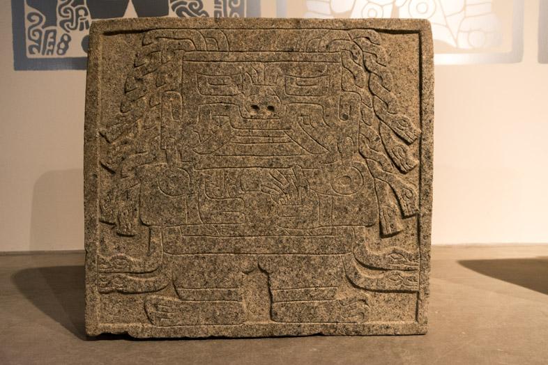 Une stèle de la culture Chavin près de Huaraz au Pérou
