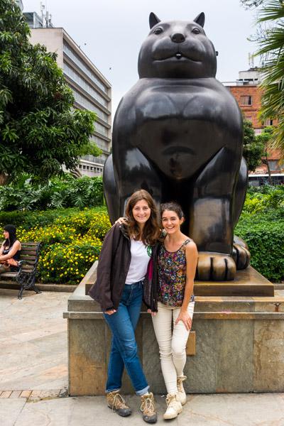 statues chat gato botero plaza medellin colombie cecilia et cathy