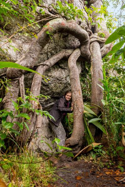 cecilia-pose-a-cote-des-racines-san-jose-del-guaviare-colombie