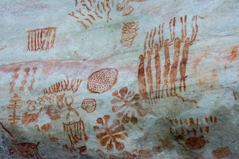 gros-plan-peintures-rupestres-cerro-azul-san-jose-del-guaviare-colombie