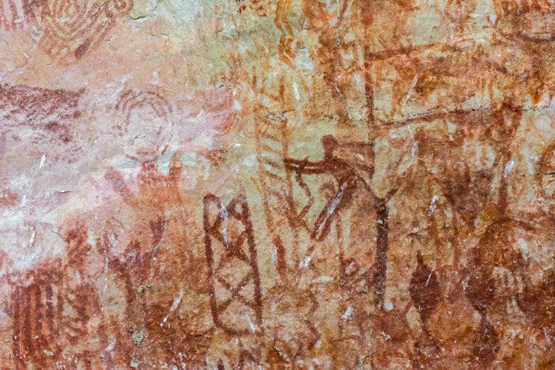 homme-echelle-gros-plan-peintures-rupestres-cerro-azul-san-jose-del-guaviare-colombie