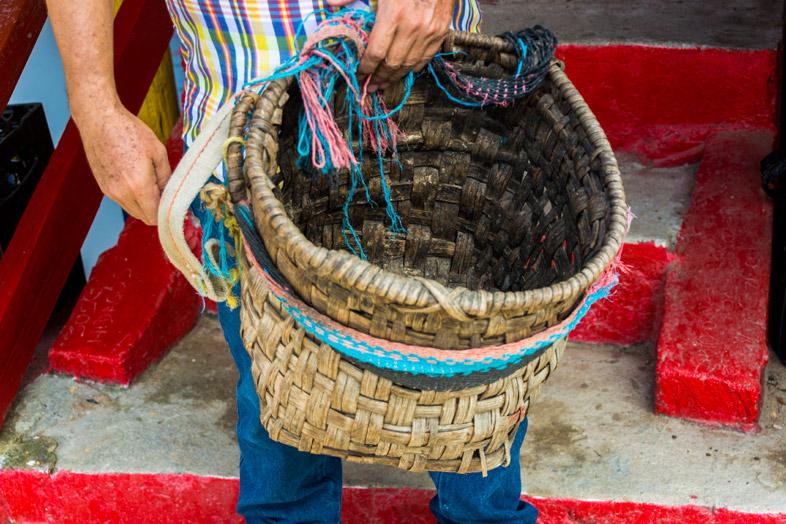 Un panier pour récolter le café dans la Finca La Candelaria à Minca en Colombie