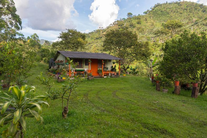 maison-typique-region-antioquia-colombie-jardin