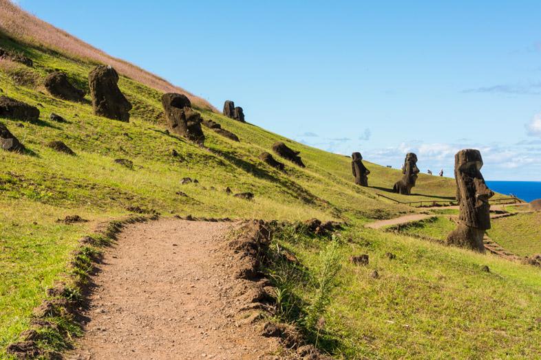 Chemin Dans La Carrière De Moaïs Sur Le Volcan Rano Raraku, Un Site Majeur De L'île De Pâques